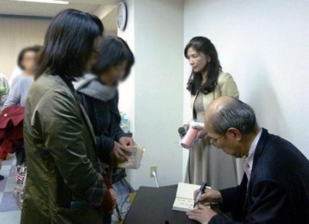 ↑イベント終了後、山嶋先生のサイン会が行われました。